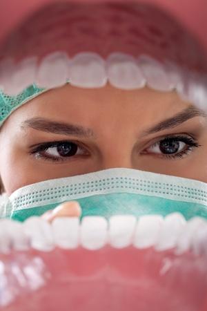 caries dental: dentista examinando los dientes de ver desde la boca abierta