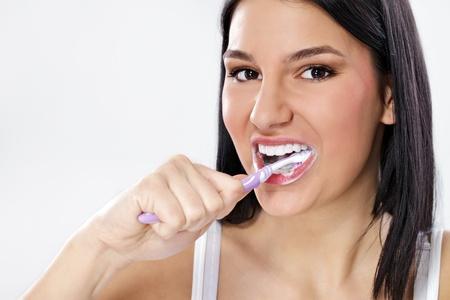 dientes con caries: Chica linda cepillándose los dientes Foto de archivo