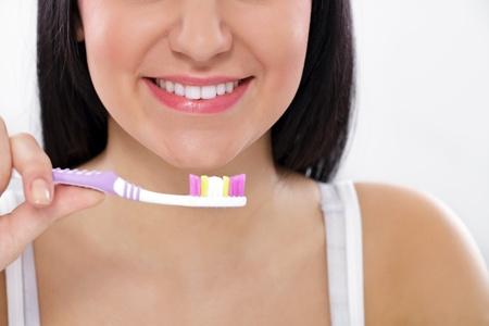 higiene bucal: close-up de una bella mujer cepillándose los dientes Foto de archivo