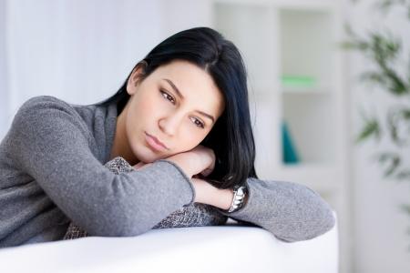 Einsame traurige Frau tief in Gedanken