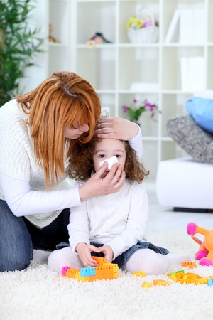 Kind bl�st Nase, helfen M�ttern mit Taschentuch