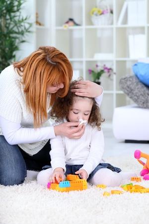enfant malade: 3 ans fille et sa m�re - saison de la grippe