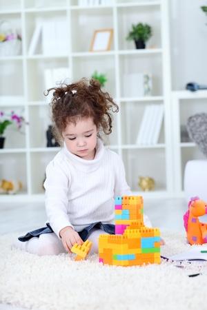 Kleines M�dchen mit Spielzeug spielen zu Hause
