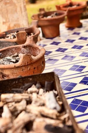 glut: Keramikschale mit Glut f�r das Kochen im Tajine
