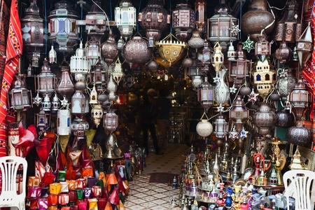 Traditionelle Lampen zum Verkauf in einem marokkanischen Souk von Marrakesch
