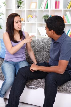 pareja discutiendo: El conflicto entre el hombre y la mujer