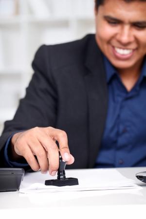 emboutissage: Jeune homme d'affaires � son bureau d'estampage de documents Banque d'images