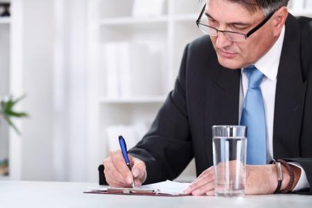 firmando: Hombre de negocios con el documento, la firma de un contrato con la pluma
