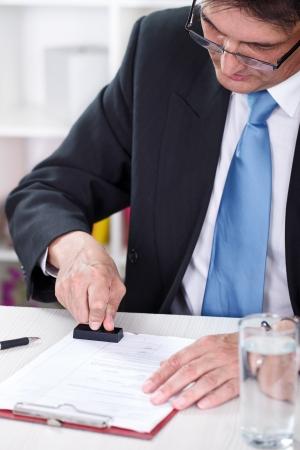 emboutissage: le document d'affaires dans le bureau d'emboutissage Banque d'images