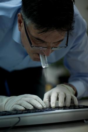 identity thieves: Robo sosteniendo la linterna en la boca y el robo de los datos de un concepto de ordenador port�til de la seguridad inform�tica, el robo de identidad corporativa o Foto de archivo