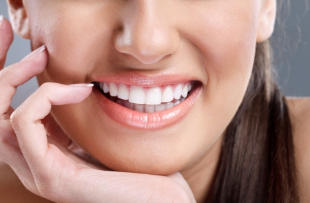 denti: primer plano, joven y bella mujer con gran sonrisa saludable