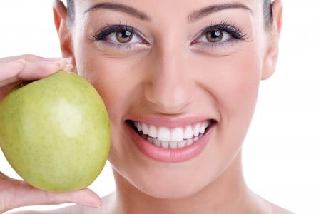 odontologia: gran sonrisa sana con manzana verde