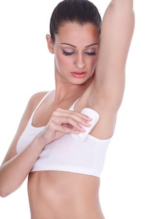 axila: Mujer joven aplicar antitranspirante