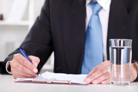 dopisní papír: obchodní muži ruce s perem psaní papírový doklad,