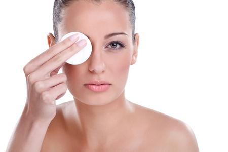 mujer maquillandose: Mujer que usa un algodón en el rostro