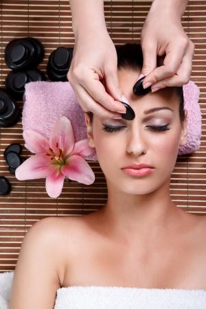 tratamiento facial: mujer de la belleza con masajes tratamientos estéticos, faciales, de cerca