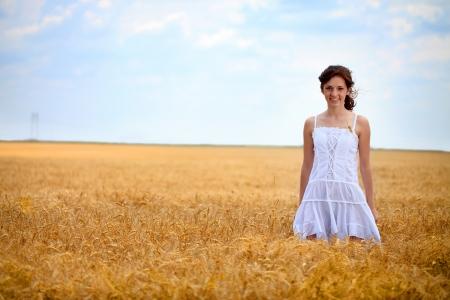 champ de mais: jeune femme en robe blanche debout dans un champ de bl� Banque d'images