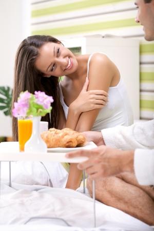 apporter: belle jeune femme au lit en regardant dans son petit d�jeuner portion mari, merci pour le petit d�jeuner
