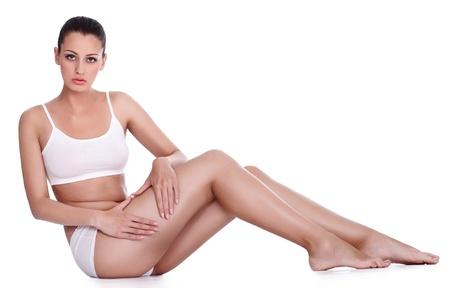 muslos: Mujer joven atractiva que muestra la celulitis en sus piernas Foto de archivo