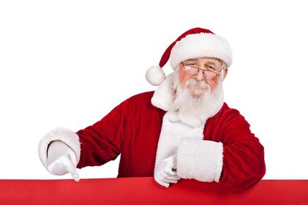 산타 클로스: 산타 클로스 큰 빨간색 배너에 기대어 그것을 가리키는, 흰색 배경에 고립