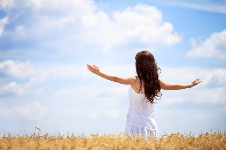 Donna nel campo di grano godere, concetto di libertà