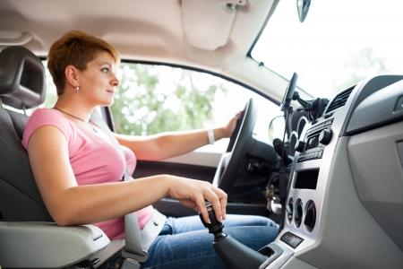 Frau fahrenden Auto und Gangwechsel, Hand-und Schaltzeiten im Fokus