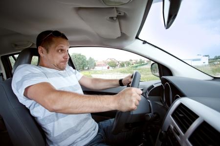 hombre asustado: Hombre asustado que conduce el coche muy r�pido, se centr� en la cara del conductor