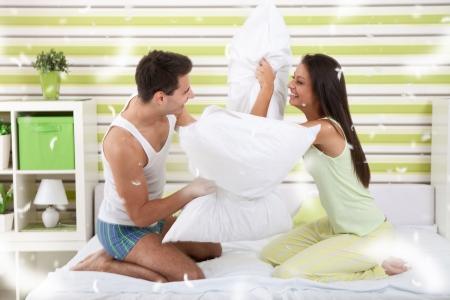 giovani combattimento cuscini coppia in camera da letto foto ... - Camera Da Letto Sexy