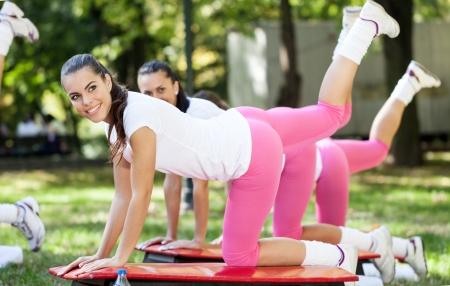 haciendo ejercicio: Las mujeres felices haciendo ejercicio f�sico