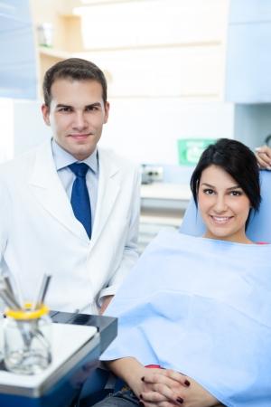 uniformes de oficina: Dentista amable macho y el paciente