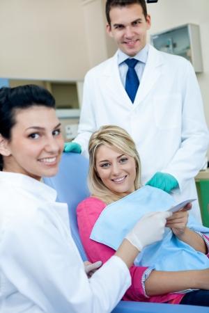 comunicacion oral: Dentista paciente da receta después de examinar dental