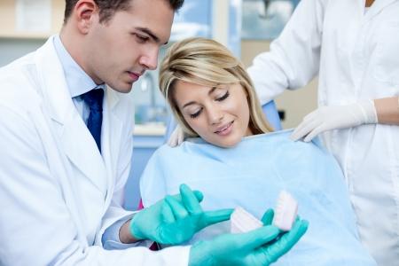 prosthodontics: Dentista che spiega i dettagli di stampo dentale al suo paziente Archivio Fotografico