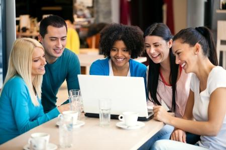 socializando: adolescentes alegres con café internet laptop, Foto de archivo