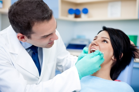 caries dental: Tratamiento médico en el consultorio del dentista. Foto de archivo