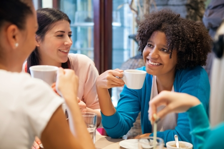 socializando: Amigos ni�as juntos en el caf� Foto de archivo