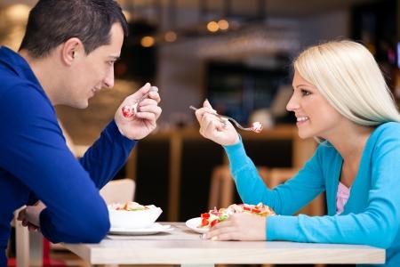 pareja comiendo: Hermosa pareja en el almuerzo, mirando el uno al otro,