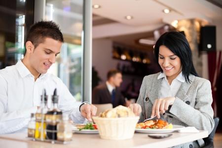 negocios comida: Los hombres de negocios disfrutar de la comida del almuerzo en restaurante discusi�n gesti�n Foto de archivo