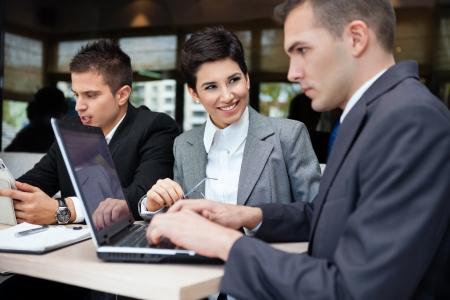 cafe internet: Equipo de negocios exitoso de los tres sentados a la mesa en el café