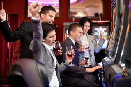 tragamonedas: Felicidad personas ganadoras en el casino en las máquinas tragaperras