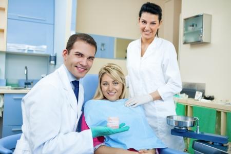 comunicacion oral: Dentista que muestra el molde dental del paciente los dientes