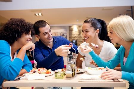 행복한 청소년 레스토랑에서 점심 식사하는 동안 재미