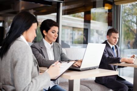 cafe internet: empresarios éxito trabajando