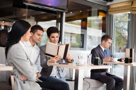 cafe internet: el éxito del equipo de negocios de descanso en el café