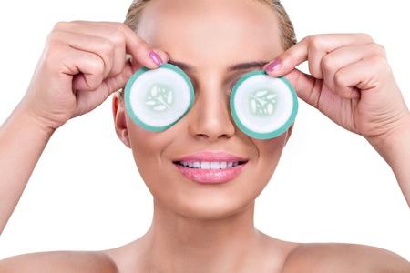 mujer con rodajas de pepino sobre los ojos
