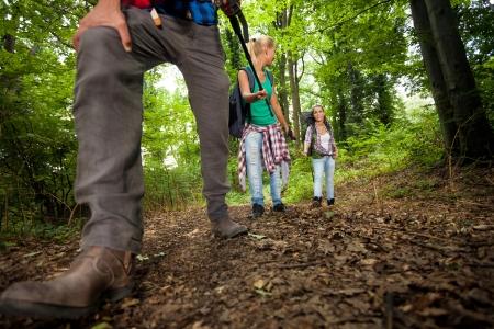 lazer: Caminhando o homem com botas de trekking na trilha Imagens