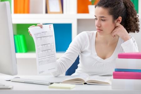 arme kinder: Student M�dchen mit einem Test-Papier mit einem nicht bestanden