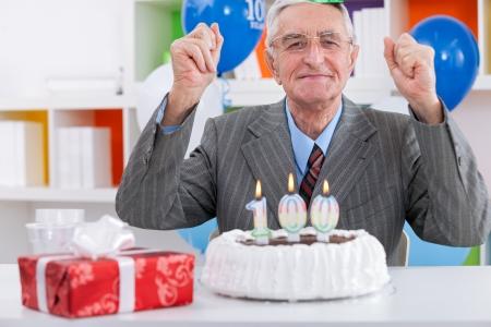 personen: Bejaarde man viert verjaardag Stockfoto