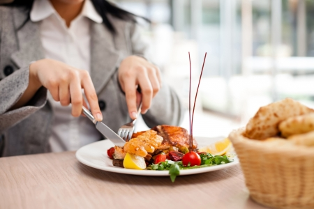 Frau isst im Restaurant Standard-Bild