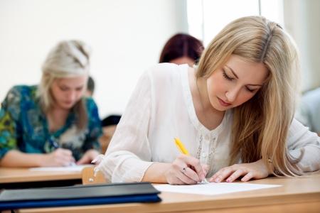 mooie vrouwelijke student in een klaslokaal