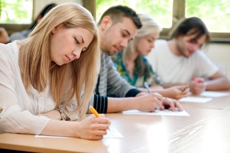 groep studenten neemt de test in de klas Stockfoto